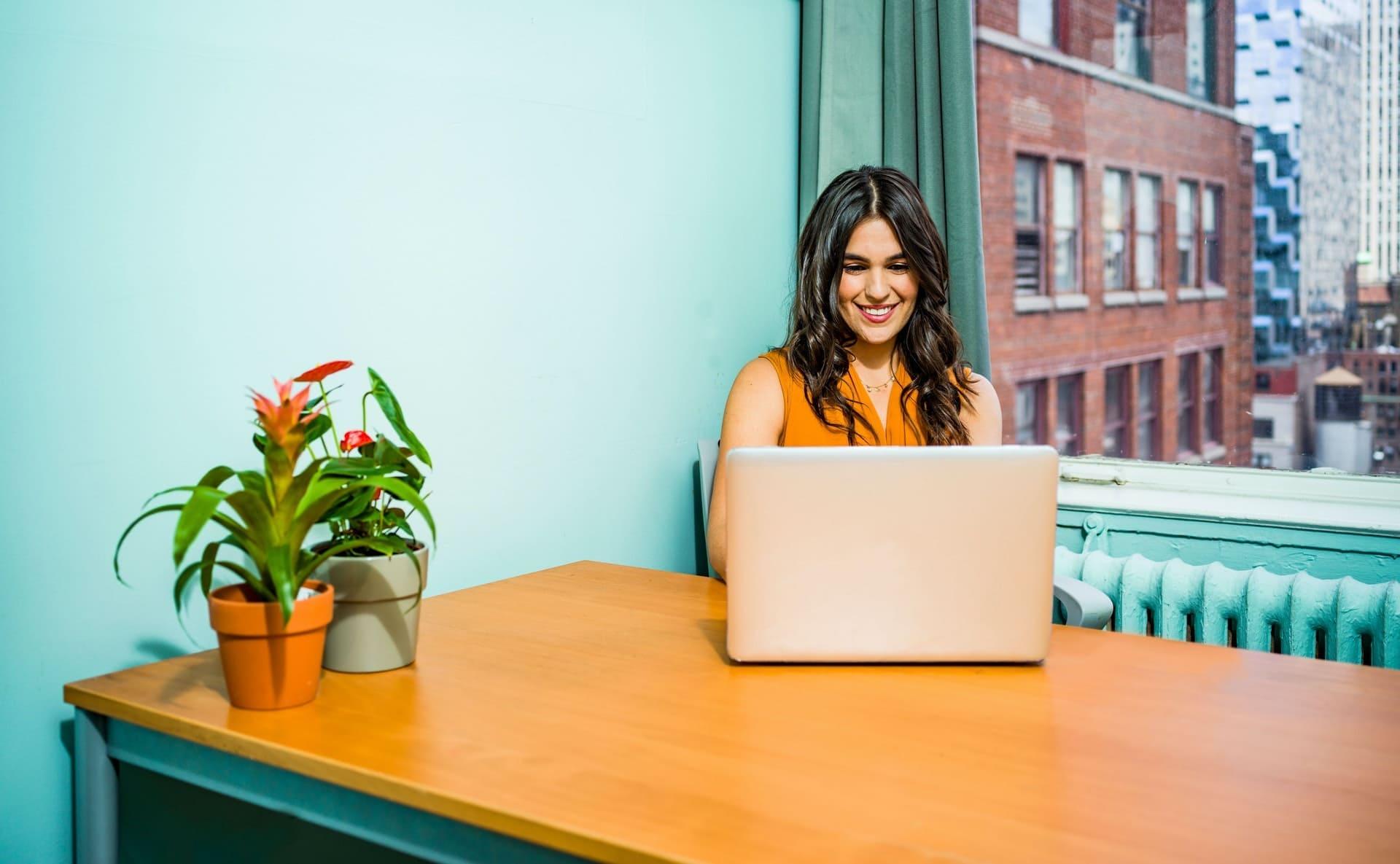 Woman Using Laptop 2422286 (1) - Auster