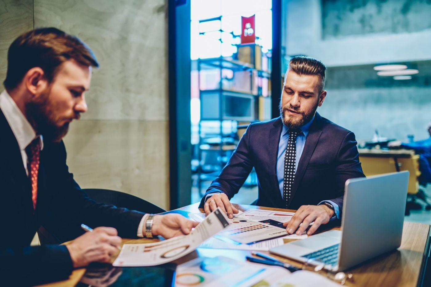Dois homens fazendo reunião em uma sala