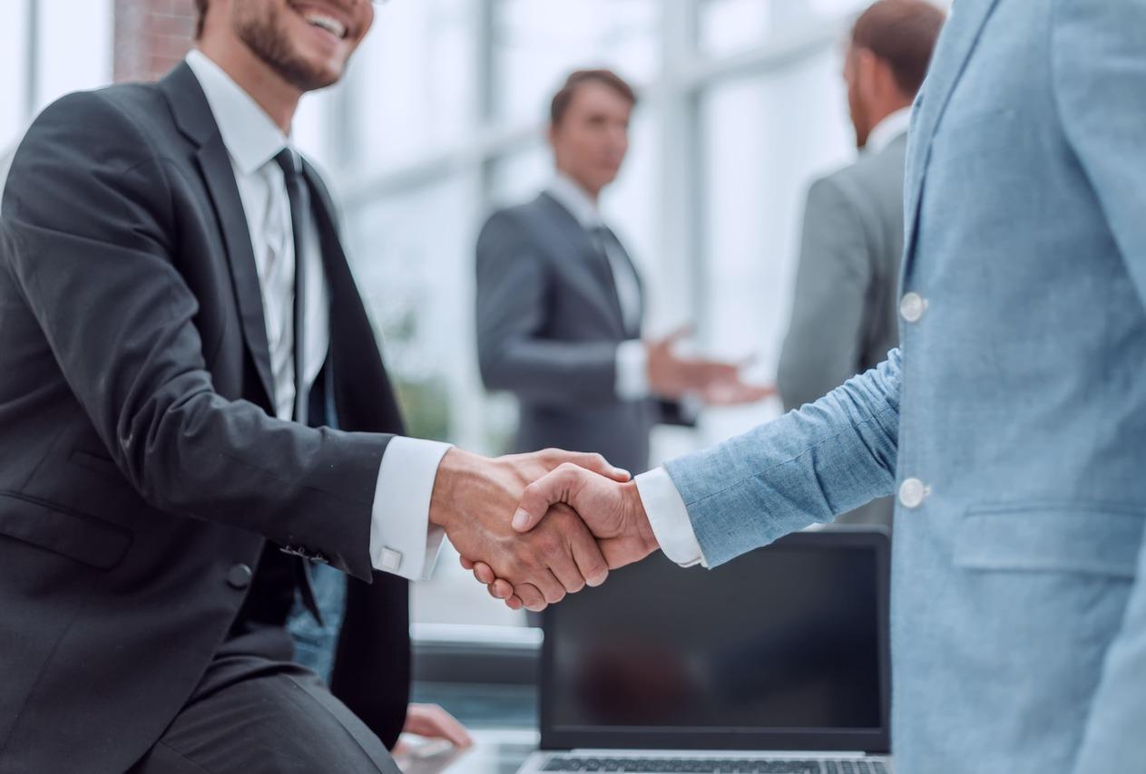 Imagem de dois homens dando um aperto de mão